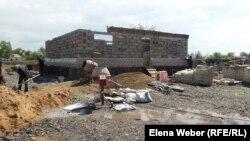 Строительство нового дома на месте снесенного, который рухнул после апрельских паводков. Поселок имени Мустафина Карагандинской области, 17 мая 2015 года.