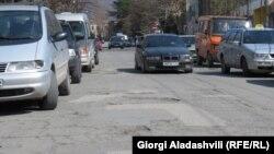Трещины, ямы, обвалы – эти слова наиболее четко описывают сегодняшнее состояние тбилисских дорог