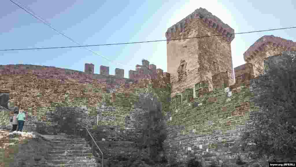 Будівництво генуезької фортеці в Судаку тривало близько ста років – з 1371 до 1469 року. Незважаючи на велику площу – майже 30 га, фортеця, завдяки своєму розташуванню, була практично неприступна. Вона була побудована на горі Дженевез-Кая (Фортечна гора) заввишки 157 метрів.  За своїм походженням гора є давнім скам'янілим кораловим рифом і являє собою пологий з півночі й стрімкий з півдня масив, який врізається в Судацьку бухту. Висота стін фортеці сягала шести, а в деяких місцях і восьми метрів, товщина їх дорівнювала півтора-два метри. Висота веж доходила до 15 метрів