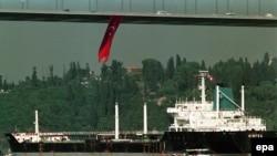 گذر نفتکش های دریایی ترکیه از تنگه بسفر