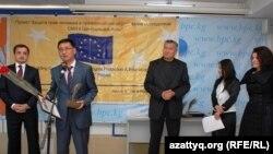 Жасулан Кужеков (второй слева) получает премию Института по освещению войны и мира за свои репортажи на правозащитные темы. Бишкек, 10 декабря 2010 года.