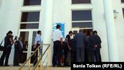 """""""Нұр Отан"""" партиясы облыстық филиалының ғимараты алдында тұрған адамдар. Атырау, 31 тамыз 2012 жыл."""