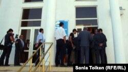 «Нұр Отан» партиясы ғимаратының алдында тұрған адамдар. Атырау, 31 тамыз 2012 жыл.