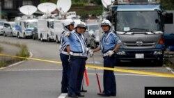 19 киши ўлдирилган ногиронлар маркази олдидаги полициячилар, Япония, Сагамихара, 2016 йил 26 июли.