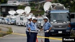 Японские полицейские на месте трагедии в городе Сагамихара.