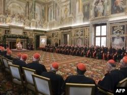 Сьнежань 2009 года. Тагачасны Папа Бэнэдыкт XVI выступае перад кардыналамі з калядным пасланьнем. У ім ён абвясьціў пра пачатак працэсу кананізацыі Пія XII