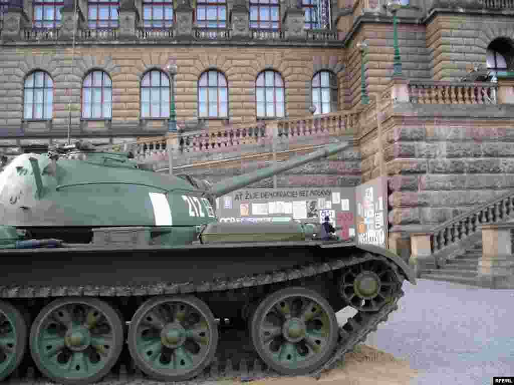 """Выставка у Национального музея в Праге """"...И пришли танки"""", посвященная 40-й годовщине ввода войск Варшавского договора в Чехословакию"""
