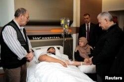 Прем'єр-міністр Туреччини Біналі Їлдирим (справа) навідує одного з поранених під час теракту. Стамбул, 1 січня 2017 року