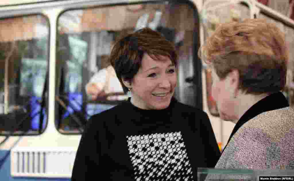 Тетяна Юмашева і Наїна Єльцина в залі 80-х років на тлі московського тролейбуса.