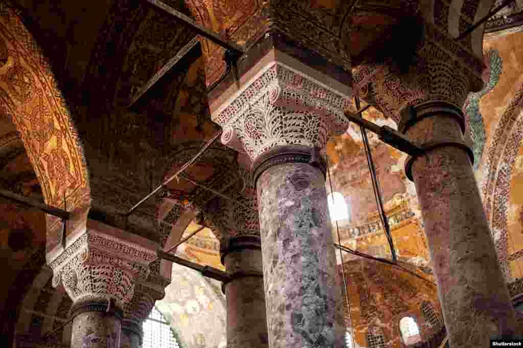 Часть Айя-Софии - древние резные колонны.  Начиная с 2018 года президент Турции Реджеп Тайип Эрдоган публично говорил о необходимости вернуть зданию статус мечети.