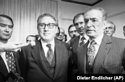 شاه با برخی از سیاستمداران با نفوذ آمریکایی از جمله هنری کسینجر (وسط) روابط شخصی داشت