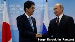 Ýapon premýer-ministri Şinzo Abe we rus prezidenti Wladimir Putin.