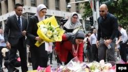 Люди несуть квіти до місця трагедії, 16 грудня 2014 року