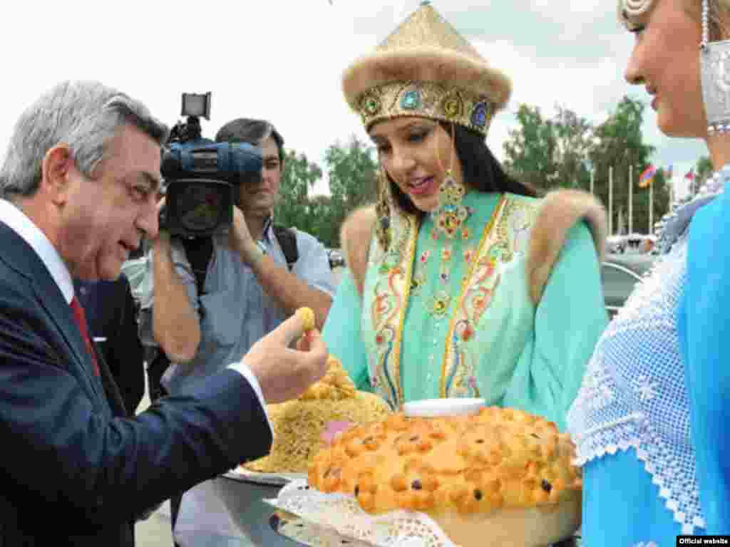 Россия – Президента Армении встречают в Казани, 24 июня 2011