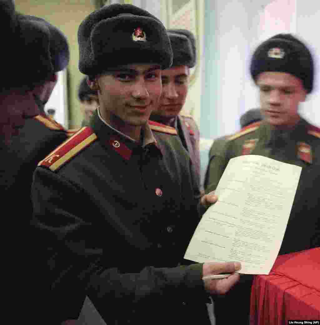 Курсант демонструє бюлетень президентських виборів, які проводилися паралельно із Всеукраїнським референдумом щодо незалежності України
