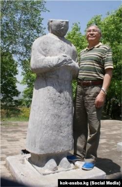 Макелек Өмүрбай КЭРдин Шэнси вилайетиндеги Цяньлин (Чиаң-лиң) көрүстөнүндө айкелдин жанында.