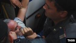 Каспаров полиция томонидан ҳибсга олинаётган пайт. (17 август)