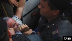 Каспарова задерживают во время акции в поддержку Pussy Riot у суда в Москве