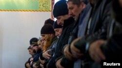Қырым татарлары мешітте намаз оқып тұр. Қырым, Симферополь, 7 наурыз 2014 жыл.