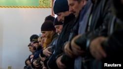 Крымские татары совершают намаз в мечети в Бахчисарае. 7 марта 2014 года.