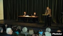 Հակոբ Ղազանչյանը ելույթ է ունենում Թատերական գործիչների 14-րդ համագումարում: