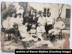 Родина Кирпенків біля флігеля, 1921 рік