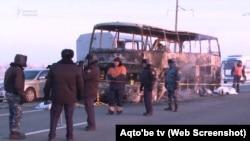У сгоревшего автобуса на трассе в Актюбинской области. 18 января 2018 года.