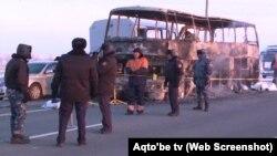 Сгоревший на трассе в Актюбинской области автобус, перевозивший мигрантов из Узбекистана. 18 января 2018 года.