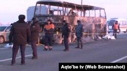Полицейские и сотрудники экстренных служб реагирования у остова сгоревшего на трассе автобуса. Актюбинская область, 18 января 2018 года.