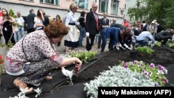 Participants planted flowers in the Politkovskaya Garden.