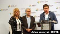 Адвокаты Марина Дубровина, Дока Ицлаев и Илья Новиков на пресс-конференции в Киеве, 7 ноября 2015 г.