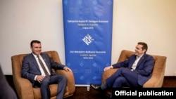 Македонський прем'єр Зоран Заєв і глава уряду Греції Алексіс Ципрас на перегорах під час саміту ЄС-Західні Балкани в Софії 17 травня 2018 року
