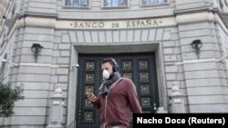 Чоловік в масці в Барселоні, ілюстративне фото
