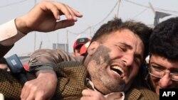 Жарылыстан қаза тапқан журналистің әріптесі оқиға орнында тұр. Пешавар, Пәкістан, 19 қаңтар 2016 жыл.