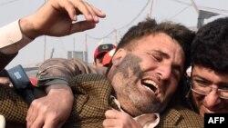 Коллега убитого пакистанского журналиста на месте взрыва у рынка Кархано. Пешавар, 19 января 2016 года.