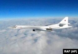 Самолет британских ВВС засек и сфотографировал Tу-160 15 января 2018 года.