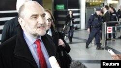 ჰერმან ნაკერტსი ვენის აეროპორტში, 22 თებერვალს ირანიდან დაბრუნების შემდეგ