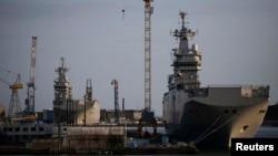"""Францияның Сен-Назаре айлағында тұрған екі """"Мистраль"""" әскери кемесі."""