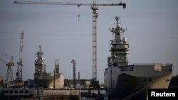 """Два военных корабля """"Мистраль"""" на верфи в Сен-Назере во Франции."""