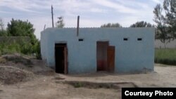 Туалет в сельской школе в Нарпайском районе Самаркандской области Узбекистана. 11 мая 2013 года.
