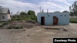 Ауыл мектебінің әжетханасы. Нарпай ауданы, Самарқанд облысы, Өзбекстан.