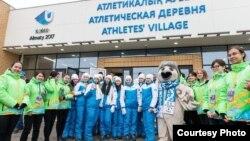 Казахстанские спортсмены, участвующие в Универсиаде, рядом с атлетической деревней в Алматы.