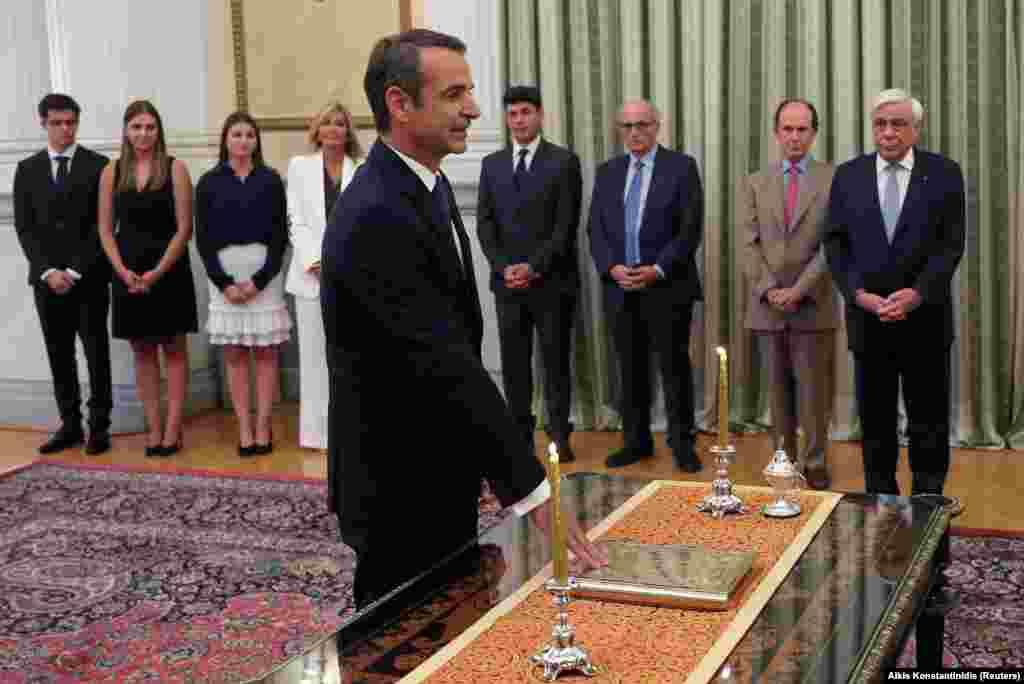 МИЦОТАКИС - Лидерот на Нова демократија и нов премиер на Грција, Кирјакос Мицотакис положи свечена заклетва во претседателската палата по победата на неговата партија на парламентарните избори.