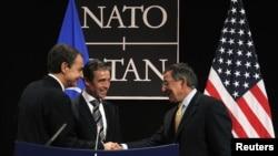 Испанский премьер Хосе Луис Родригес Сапатеро (слева), гененральный секретарь НАТО Андерс Фог Расмуссен (в центре) и министр обороны США Леон Панетта на встрече в Брюсселе