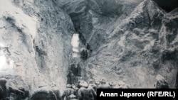 Кыргыздардын Тянь-Шань тоолору аркылуу Кытайга качышы. (Көргөзмөгө коюлган сүрөттөн)