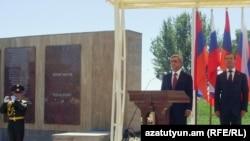 Президенты Армении и России во время торжественной церемонии открытия мемориального комплекса «Холм Чести» в г.Гюмри. 20 августа 2010 г.