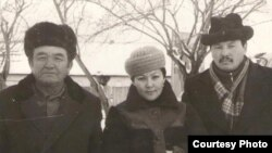 Абдулла Каримов (солдо) замандаштары менен. 1960-70-жылдар.