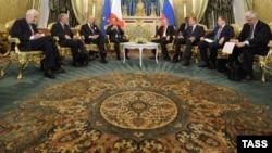 Владимир Путин и Франсуа Олланд во время переговоров в Кремле