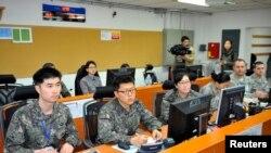 Ushtarët amerikanë dhe jugkoreanë gjatë punës në komandën e ushtrimeve të përbashkëta ushtarake të mëparshme