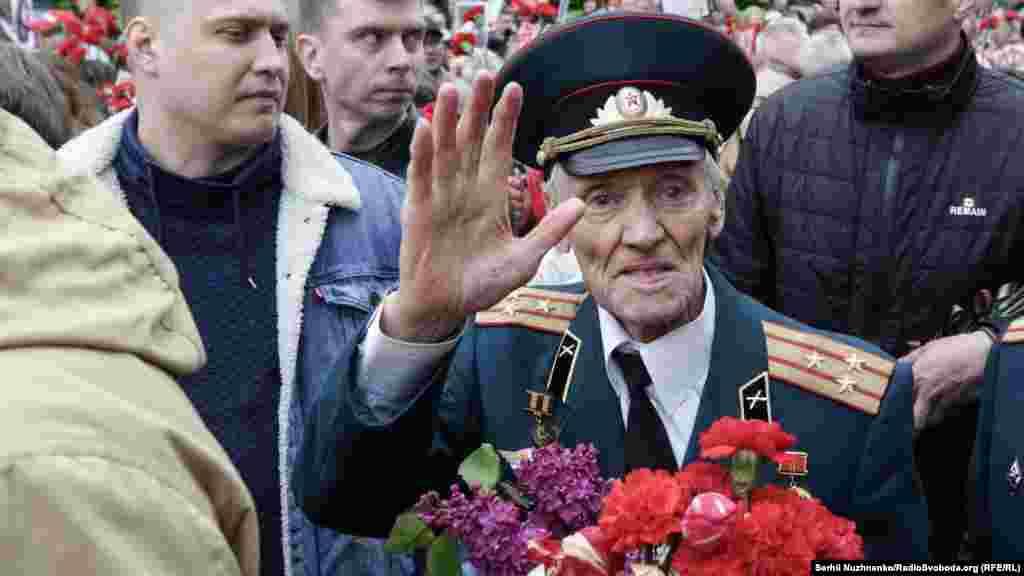 А ветерани квіти поклали